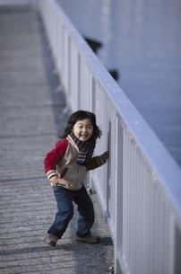 歩道で笑う日本人の男の子の写真素材 [FYI03357743]