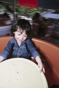遊園地にいる日本人の男の子の写真素材 [FYI03357744]