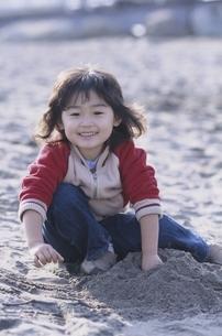 砂浜で遊ぶ日本人の男の子の写真素材 [FYI03357745]