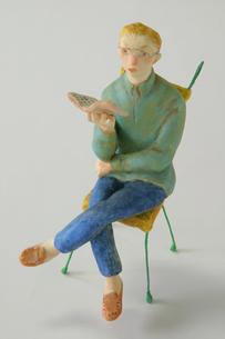 椅子に座る男性 クラフトの写真素材 [FYI03358167]