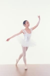 バレエをする日本人少女の写真素材 [FYI03358205]