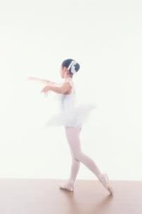バレエをする日本人少女の写真素材 [FYI03358206]