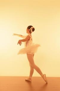 バレエをする日本人少女の写真素材 [FYI03358207]