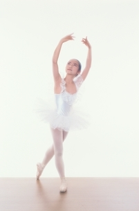 バレエをする日本人少女の写真素材 [FYI03358208]