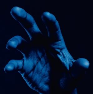 手のひらのアップ(青)の写真素材 [FYI03358209]