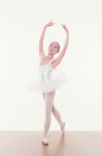 バレエをする日本人少女の写真素材 [FYI03358210]