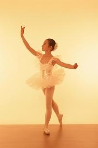 バレエをする日本人少女の写真素材 [FYI03358211]