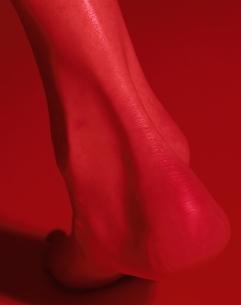 かかとのアップ(赤)の写真素材 [FYI03358217]