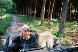 クラシックカーに乗る日本人の中高年男性の写真素材 [FYI03358235]