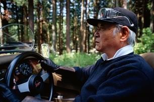 車に乗る日本人の中高年男性の写真素材 [FYI03358236]