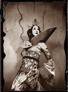 着物を着た日本人女性 セピアの写真素材 [FYI03358243]