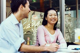カフェにいるカップルの写真素材 [FYI03358278]