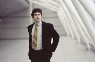 ネクタイを絞めた外国人ビジネスマンの写真素材 [FYI03358287]