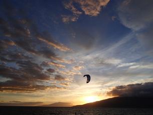 夕日とカイトサーフィンの写真素材 [FYI03358293]