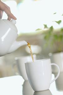 ティーカップに注ぐ紅茶の写真素材 [FYI03358313]