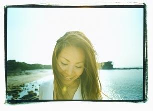 海でほほえむ日本人女性の写真素材 [FYI03358350]