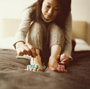 ペディキュアを塗る日本人女性の写真素材 [FYI03358362]