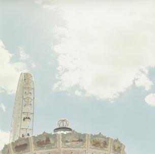 青空と観覧車とメリーゴーランドの写真素材 [FYI03358405]