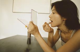 化粧する日本人女性の写真素材 [FYI03358407]