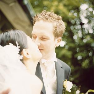 キスをする新郎新婦の写真素材 [FYI03358414]