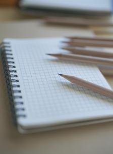 鉛筆とノートの写真素材 [FYI03358427]