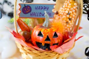 ハロウィンのお化けかぼちゃデコレーションの写真素材 [FYI03358432]