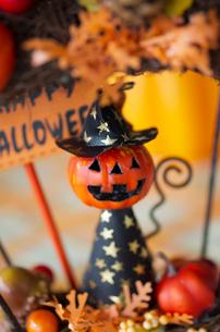 ハロウィンのお化けかぼちゃデコレーションの写真素材 [FYI03358436]