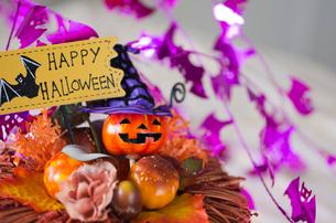 ハロウィンのお化けかぼちゃデコレーションの写真素材 [FYI03358437]