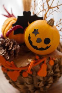 ハロウィンのお化けかぼちゃアレンジメントの写真素材 [FYI03358439]