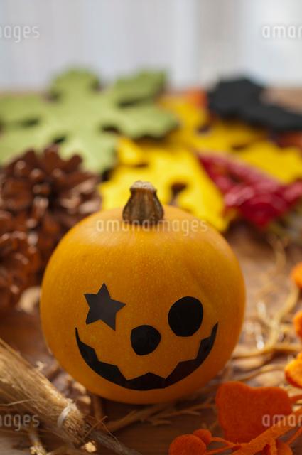 ハロウィンのお化けかぼちゃアレンジメントの写真素材 [FYI03358441]