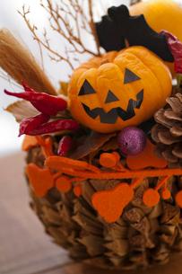 ハロウィンのお化けかぼちゃアレンジメントの写真素材 [FYI03358443]