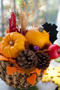 秋の実りのハロウィンアレンジメントの写真素材 [FYI03358444]