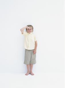笑顔で敬礼する外国人の男の子の写真素材 [FYI03359378]