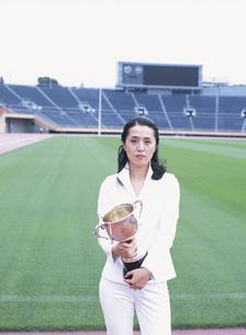 トロフィーを持つ40代の日本人女性の写真素材 [FYI03359572]