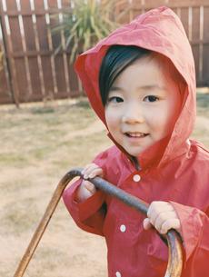 赤いレインコートを着た女の子の写真素材 [FYI03360210]