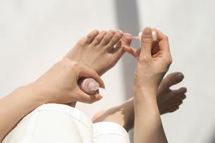 ペディキュアを塗る女性の足の写真素材 [FYI03361443]