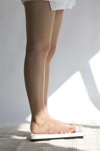 体重計に乗る女性の写真素材 [FYI03361444]