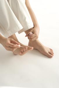ペディキュアを塗る女性の足の写真素材 [FYI03361445]