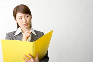 資料を読む日本人ビジネスウーマンの写真素材 [FYI03361478]
