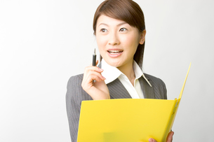 資料を読む日本人ビジネスウーマンの写真素材 [FYI03361479]