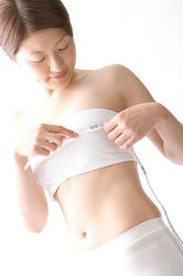バストを測る日本人女性の写真素材 [FYI03361486]