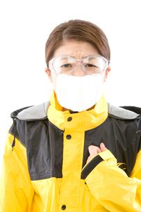 花粉症対策をする日本人女性の写真素材 [FYI03361487]