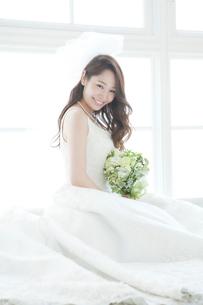 ブーケを持つ花嫁ポートレートの写真素材 [FYI03361489]