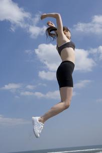 ジャンプする女性の写真素材 [FYI03361530]