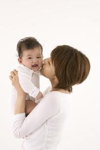 赤ん坊にキスする母親の写真素材 [FYI03361537]