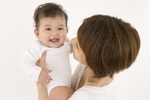 赤ん坊を抱く母親の写真素材 [FYI03361557]