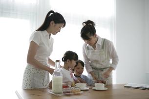 料理をしている親子の写真素材 [FYI03361560]