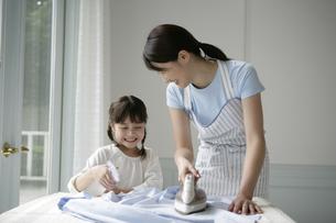 アイロンかけをしている親子の写真素材 [FYI03361566]