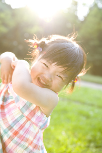 公園にいる女の子の写真素材 [FYI03361567]