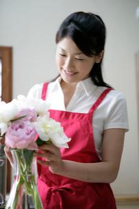 花を生ける女性の写真素材 [FYI03361570]